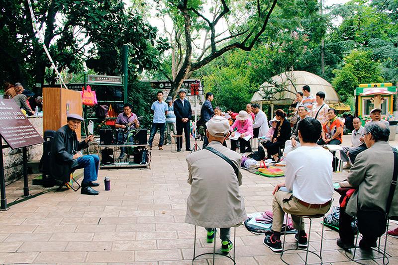 Parchi-pubblici-Cina-anziani-cantano