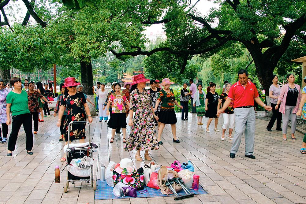 Persone che ballano al parco in Cina